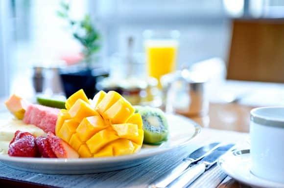 Um café da manhã com frutas é essencial para as crianças e adolescentes