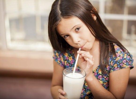 Menina tomando leite