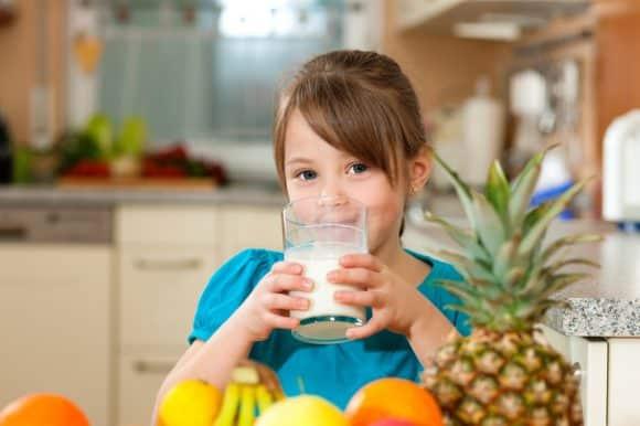 Criança com alergia à proteína do leite de vaca